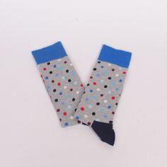 Меки и удобни мъжки чорапи, изработени от пениран памук в сив цвят, изпъстрени в разноцветни точки, с широк син ластик, тъмносиня пета и пръсти в червен цвя