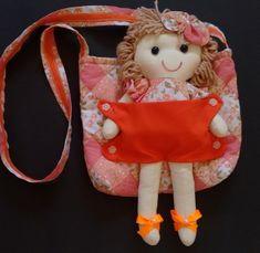 Bolsa com boneca de pano Frida Girls Bags, Kids Girls, Doll Carrier, Operation Christmas Child, Crochet Squares, Purses And Bags, Crafty, Dolls, Christmas Ornaments