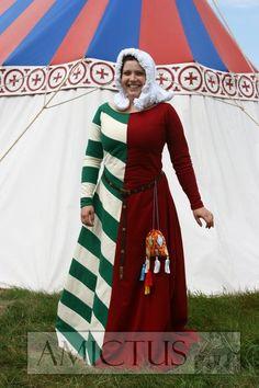 Suknia damska mi parti, według mody z drugiej połowy XIV wieku, wykonana na podstawie fresków z oratorium Św. Jakuba w klasztorze w Lądzie z około 1370 roku. www.amictus.pl