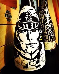 Botella de Cerveza MUSTACHE (CORTOMALTÉS) pintada a mano por Dokidoki Planet. De venta en dokidokiplanet.com