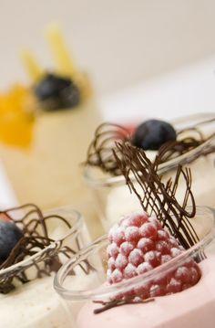 Dessert met chocolade en vers fruit.