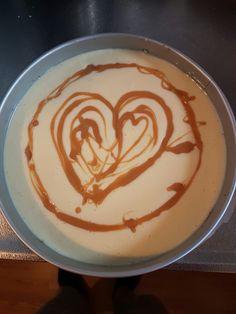 Witte chocolade cheesecake met caramel & bodem van speculaas!!!😍  Benodigdheden  300 gr speculaas koekjes 600 gr roomkaas 600 gr wittechocolade  125 ml slagroom 125 gr suiker 3 eieren