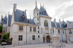 The façade on the street side and that of the main building are beautifully decorated with Jacques Coeur's royal emblem, together with a multitude of sculptures portraying religious themes, Jacques Coeur's travels or scenes of everyday life.