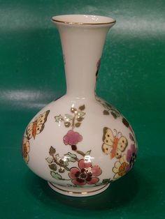 Alul pocakos, felül hosszú nyakú Zsolnay váza pillangó mintával. Hibátlan.    Méret: 15 cm magas, 32,5 cm körfogata.