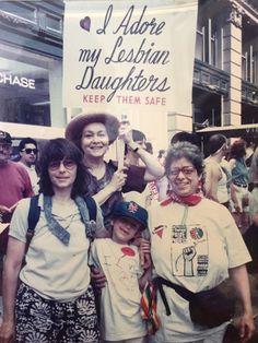 Senhora de 92 anos usa mesma placa há 40 anos na Parada LGBT de Nova York