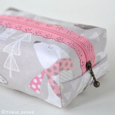 Boxy Lace Zipper Pouch Sewing DIY Tutorial