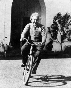 """Siguiendo la estela de filosofía marcada, me quedo con esta célebre frase; """"La vida es como montar en bicicleta. Para mantener el equilibro hay que seguir pedaleando"""". (Albert Einstein)."""