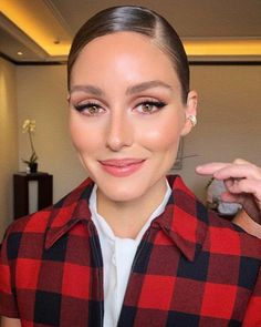 Olivia Palermo Attends the Christian Dior show as part of PFW✨ - Olivia Palermo Makeup, Olivia Palermo Outfit, Estilo Olivia Palermo, Olivia Palermo Lookbook, Olivia Palermo Style, Beauty Makeup, Eye Makeup, Hair Makeup, Hair Beauty