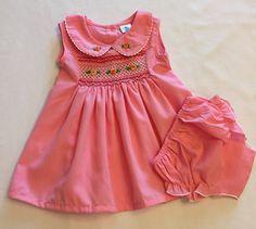 b3d5f9add Artículos similares a Mano de chica de bebé sin mangas fruncido bordadas vestido  rosa con bloomer de cubierta de pañal 9 meses en Etsy