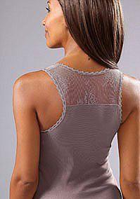LASCANA steht für elegant, verführerische und sinnliche Nachtwäsche & Dessous. Ob zum verführen oder zum Wohlfühlen, hier ist für Jede etwas dabei!   Niedliches Top mit Spitzenbesatz und zarten Spitzeneinsätzen. Das Shirt hat zusätzlich an Schulter- und Rückenpartie einen sexy Spitzeneinsatz. Länge ca. 68cm.   Gerippte Qualität aus 100% Baumwolle (mit dem Cotton made in Africa-Siegel). Spitze 9...