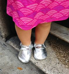 silver leather baby/toddler mocassin shoe. kid style. kid fashion