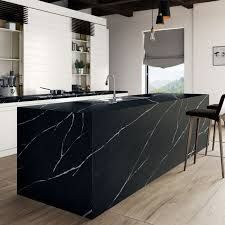 Black quartz countertops can truly bring a lot of joy and happiness into your home. Modern kitchen trends say that the all black kitchen is here to stay! Black Quartz Countertops, Silestone Countertops, Quartz Slab, Outdoor Kitchen Countertops, Kitchen Worktop, Kitchen Backsplash, Black Kitchens, Luxury Kitchens, Modern Kitchens