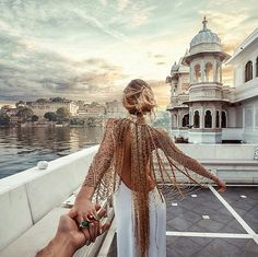 Continuing in Udaipur, India with Natalia Zakharova always wearing Bochic jewelry as she leading Murad Osmann to storied destinations. Bohemian Mode, Bohemian Style, Boho Chic, Boho Gypsy, Beauty And Fashion, Boho Fashion, Fashion Design, Fashion Trends, Style Fashion