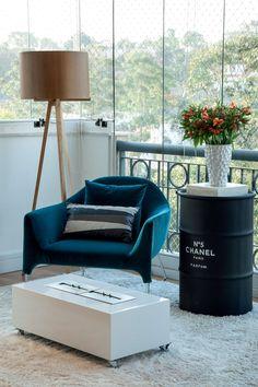 Com a integração entre varanda e living, o apartamento em São Paulo ganhou um grande ambiente destinado ao convívio da família – e um palco nítido para o design no projeto assinado por Camila Klein.