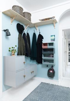 Sådan får du mere plads i entréen Løsninger - Recipes Diy Interior, Scandinavian Interior, Interior Design, Hall Interior, Hallway Inspiration, Interior Inspiration, Hallway Storage, Cottage Homes, Home Organization