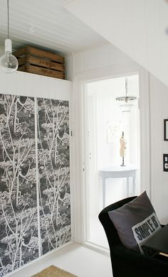 Patterned wardrobe doors. Portes d'armaris estampades. Cole & Son Cow Parsley wallpaper in black and white.