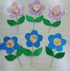 Lollipop craft idea for kids Kids Crafts, Diy And Crafts, Arts And Crafts, Paper Crafts, Lollipop Craft, Fete Ideas, Little Presents, Candy Bouquet, School Gifts