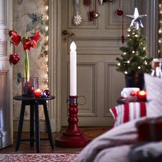 Ce bougeoir géant est en fait un lampadaire en forme de chandelle, idéal pour une ambiance cosy à Noël, IKEA