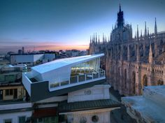 THE CUBE - a dining pavilion that seats 18 people and offers a superlative view of Piazza del Duomo, just a few meters away from the Cathedral's spires, facing Palazzo Reale and the Arengario, the area hosting the new Museo del Novecento.