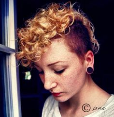 30 Chic Pixie Haircuts: Blonde Curly Hair