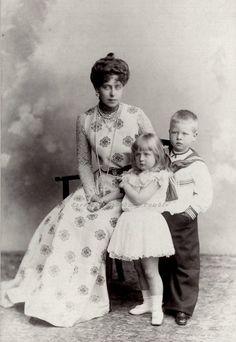 Crown Princess Marie of Romania and little kids, Prince Carol and Princess Elisabeth of Romania. Michael I Of Romania, Romanian Royal Family, Prince Héritier, Princess Alexandra, Grand Duke, Royal Clothing, Elisabeth, Kaiser, Queen Victoria
