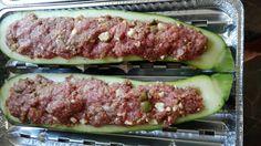 Gefüllte Zucchini vom Grill. Mit Hackfleisch und Feta - lecker gefülltes Gemüse. Nicht nur für den Grill geeignet Paleo, Feta, Bbq, Vegetables, Mexican Cuisine, Crickets, Easy Meals, Food And Drinks, Barbecue