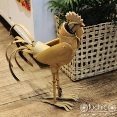 Galo esculpido e montado inteiramente com bambu. Trabalho incrível feito à mão. // Rooster carved and fully assembled with bamboo. Incredible handmade work. Bamboo Art, Bamboo Crafts, Decor Crafts, Diy And Crafts, Bamboo Dishes, Bamboo House Design, Bamboo Structure, Bamboo Architecture, Bamboo Furniture