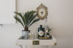 Editor Lauren shows us how to create a luxe gin cart on a tight budget, using a simple tray table. Diy Project Hacks, Bar Styling, Bars For Home, Diy Table, Tray Decor, Bar Tray, Bar, Diy Bar, Drink Display