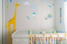 A mãe de Heitor queria que o quarto de seu bebê tivesse girafa. O que acabou norteando o projeto, da arquiteta Hana Lerner e do ateliê Nina Moraes.