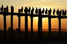 #Birmanie - Ombres des moines sur le pont U Bein #Burma #Myanmar