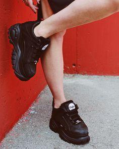 No sabemos que tienen las Buffalo💣que nos gustan cada vez más💥  Y tú, ¿te atreves a subirte a estas zapatillas? 😉 Air Max Sneakers, All Black Sneakers, Sneakers Nike, Platform Sneakers, Nike Air Max, London, Shoes, Fashion, Zapatos