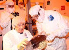 Former President Shimon Peres in  the  'cleanroom' fabrication facility in Intel's Kiryat Gat facility (Photo credit: Sivan Faraj)
