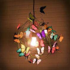 LÁMPARA DE MARIPOSAS: Aprovechando la base de una lámpara que queramos renovar, podemos hacer esta lámpara de mariposas, usando alambre y dibujando unas mariposas en cartulina de colores. Usa silicona para pegarlas a la estructura de alambre. Y puede usarse en lámparas de pie y colgantes.