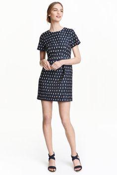 Платье с жаккардовым узором: Облегающее платье из жаккардового материала. На платье короткий рукав, отрезное по талии, с декоративными защипами на юбке. Потайная молния сзади. На подкладке.