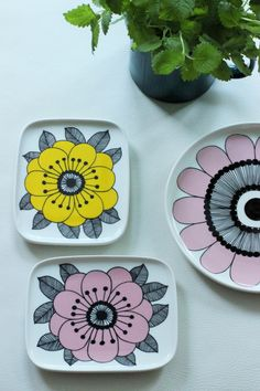 Marimekko #decorativeplates Ceramic Plates, Porcelain Ceramics, Ceramic Pottery, Hand Painted Plates, Decorative Plates, Hipster Kitchen, Scandi Home, Koti, China Art