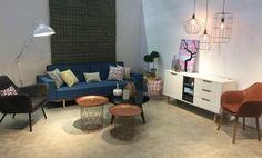 Una sala de Tugó al estilo Decohunter. Lámparas. sofá-cama. Mesas. Cuadros, poltronas, mueble.cojines.