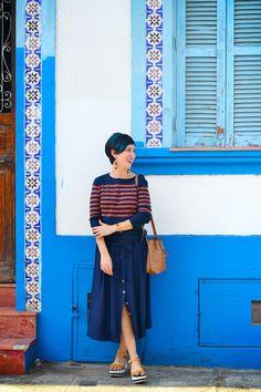 Saia midi azul marinho, blusa de manga azul com listras, sandália plataforma, bucket bag
