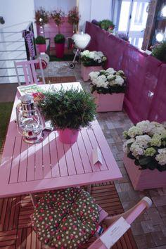 Du rose sur les pots, le mobilier et même le brise-vue !