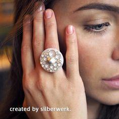 """""""Bubble"""" - heißt diese beliebte RING DING Scheibe. Mit schlichter Silberscheibe und Silbertop ist sie ein Hingucker. Ohne die untere Silberscheibe wirkt der Ring frühlingshaft leicht. Hier ist unsere Scheibe zu finden: https://www.silberwerk.de/ringding/24542110-scheibe-bubble-matt-25mm"""