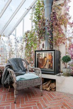 Se hur ett växthus blir till i Galleriet I Sweden Green House Home Greenhouse, Interior And Exterior, Interior Design, Tadelakt, Green Rooms, Backyard Patio, Deco, Perfect Place, Good Books