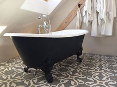 Die freistehende Badewanne Bristol Die wundervoll geschwungenen Wannenränder geben dieser Gusseisen Badewanne ihre einmalige Form. Die perfekte Symbiose mit den eindrucksvollen Klauenfüßen rundet den klassischen Auftritt der Badewanne Bristol perfekt ab. Die Badewanne Bristol kann mit oder ohne Wannenrandbohrung für die Armatur bestellt werden. http://www.baedermax.ch/freistehende-badewannen/guss/bristol-88ci.html #badewanne #badezimmer #bädermax #gusseisen