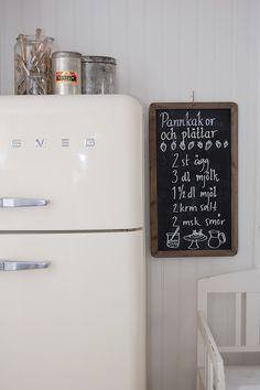 Click the image to view the product info. Super adorable kitchen with a Smeg refrigerator! Also love the chalkboard! Strawberries with milk Smeg Fridge, Retro Fridge, Vintage Fridge, White Kitchen Inspiration, Home Decor Inspiration, Cozinha Shabby Chic, San Francisco Girls, Diy Chalkboard, Kitchen Chalkboard