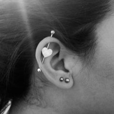 LOVE the bar❤ Piercing industrial/transversal. LOVE the bar❤ Piercings Corps, Female Piercings, Cute Piercings, Body Piercings, Daith Piercing, Bellybutton Piercings, Piercing Tattoo, Tragus, Conch