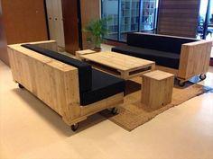 sofá natural brilhante paletes de madeira com almofada preta