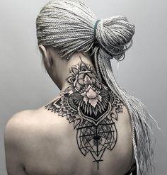 Geometrische Tattoos - Bedeutung & Designs für diverse Körperstellen Tatouage cou et dos avec mandala And Body Art Henna Tattoo Designs, Tattoo Henna, Mandala Tattoo Design, Tattoo Ideas, Nape Tattoo, Mandala Tattoo Back, Back Of Neck Tattoo, Tattoo Ink, Back Piece Tattoo