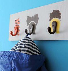 Si estás buscando una idea divertida para decorar la habitación del peque de la casa, echa un vistazo al perchero que te traemos hoy. Con una simple tabla de madera, unas pinturas y unos colgadores, puedes hacer tú mismo una percha como ésta para colgar sus prendas. ¡Verás qué fácil es!