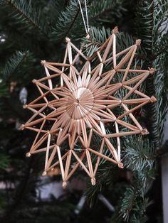 Olkitähti White Christmas, Christmas Time, Xmas, Christmas Ornaments, Christmas Ideas, Yule Decorations, Hobbies And Crafts, Happy Holidays, Snowflakes