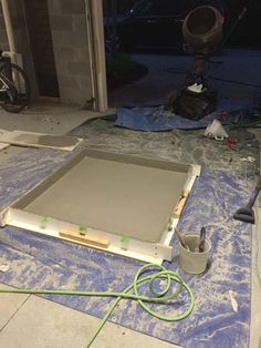 Here's what the first layer of concrete looked like. <<It's a concrete coffee table!! Bad for households with children, though...