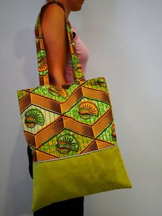 Sac tote bag en wax et suédine Diy African Jewelry, African Accessories, African Crafts, Patchwork Bags, Quilted Bag, Sacs Tote Bags, Ankara Bags, Moda Afro, Diy Bags Purses