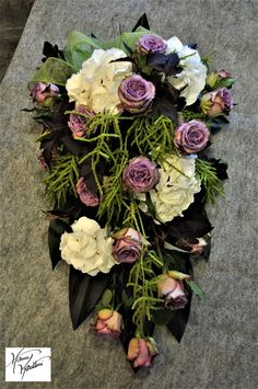Funerall flowers Funeral Flower Arrangements, Funeral Flowers, Floral Arrangements, Sunflower Wedding Centerpieces, Cemetery Flowers, Sympathy Flowers, Black Flowers, Ikebana, Homemade Gifts